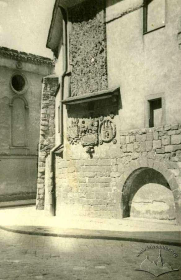 Східна стіна міського арсеналу із гербами. Фото 1937 року