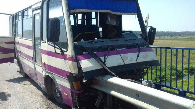Під час руху автобуса водію стало погано і він в'їхав у відбійник на протилежній смузі дороги