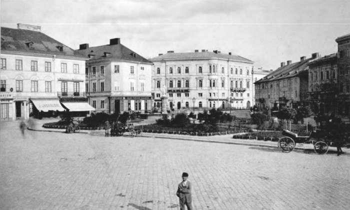 Вид на площу Марійську, праворуч перша, триповерхова споруда готелю Ж. Гоффмана, фото 1880 – х рр.