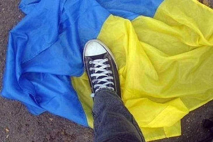 Жителя Івано-Франківська, який витер ноги об державний прапор, суд відправив за ґрати