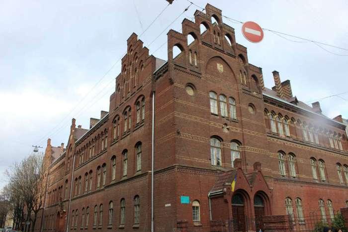 Будівля давньої школи Святої Анни у Львові. Фото 2015 року