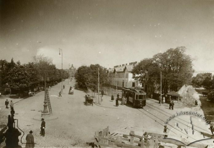 Електричний трамвай з причіпним вагоном кінного трамваю на теперішній вул. Чернівецькій, фото, 1931-1939 роки.