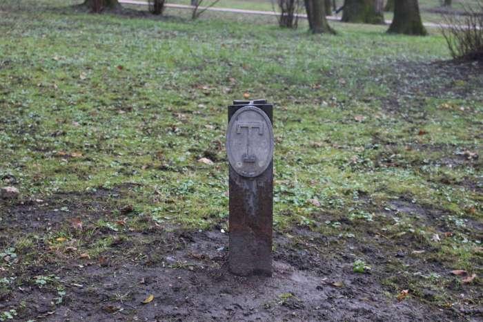 Позначка теренкуру на території нин. парку І.Франка. Фото 2015 року