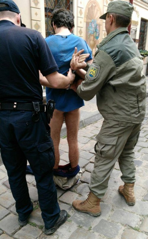 Поліцейський і муніципал затримують польського туриста, що виклично спустив перед ними штани та спідню білизну