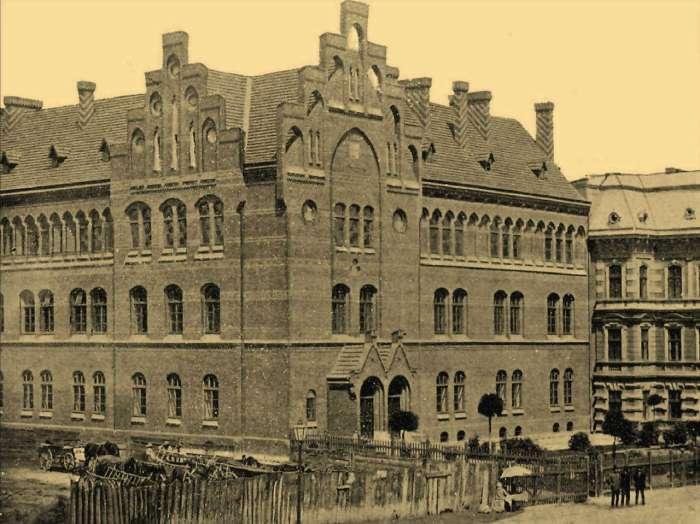 Будівля давньої школи Святої Анни у Львові. Фото 1904 року