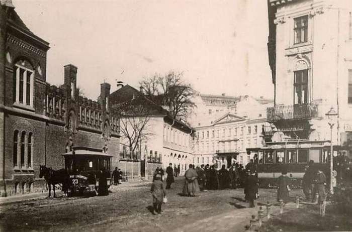 Нинішня площа Митна, ліворуч пожежна стражниця. Фото кін. XIX ст.