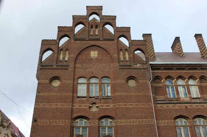 Неоготичний аркадний фасад школи Св. Анни від вул. Городоцької. Фото 2015 року