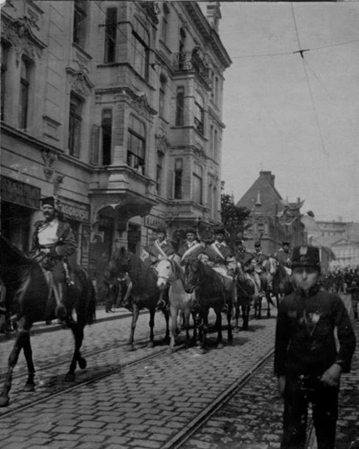 Урочиста хода на вул. Чарнецького (нині Винниченка), на задньому плані – пожежна стражниця. Фото поч. XX ст.