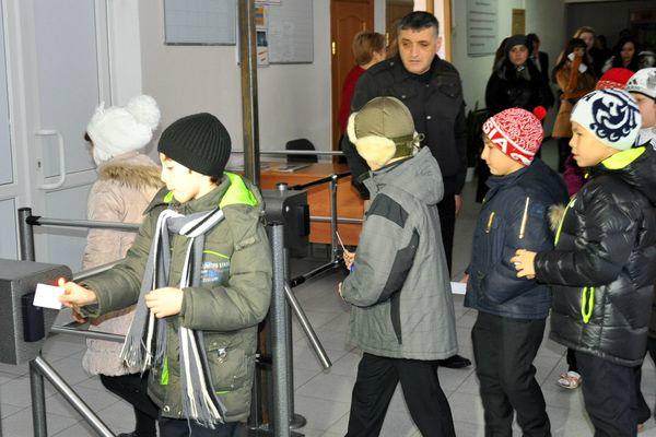 метро турнікет школярі