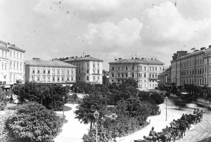 """Кінний трамвай і """"тарадайки"""" на пл. Марійській (теперішня пл. Міцкевича), фото, кінець XIX ст."""