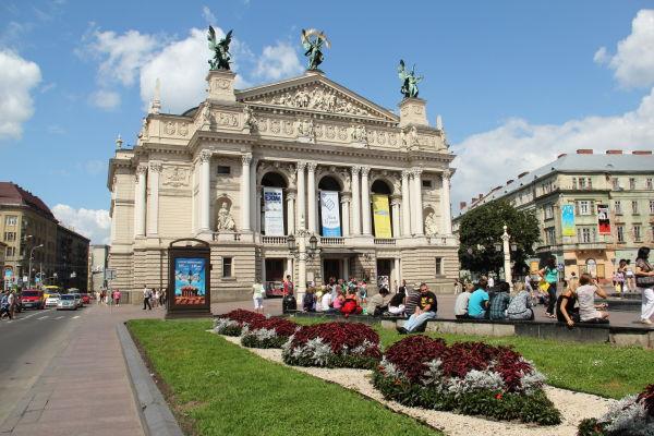 Оперний театр у Львові відмовився від реклами на фасаді