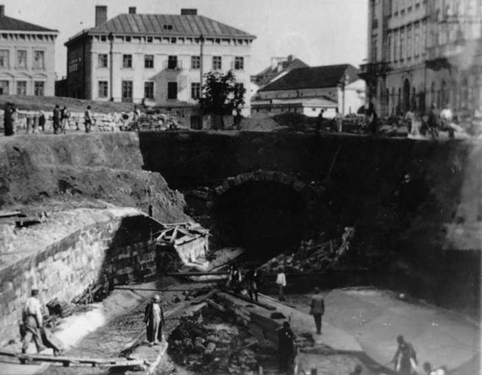 Засклепіння ділянки Полтви на сучасному пр-ті Свободи, безпосередньо у зоні зведення Львівської Опери. Фото кінця XIX сторіччя