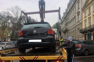 Львівська поліція вперше евакуювала автомобіль, припаркований на місці для людей з інвалідністю