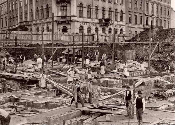 Роботи з укладання фундаменту Львівської Опери. Фото кін. XIX ст.