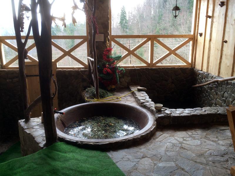 """Чан з гірськими травамина відкритому повітрі. Готельний комплекс """"Вуйко""""."""