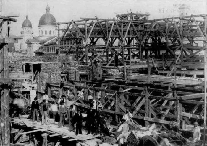 Будівництво на стадії зведення стін. Фото 1898 року