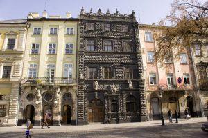 У Львові після реставрації відкрили для відвідувачів Чорну кам'яницю на площі Ринок. Історичні фото столітньої давності