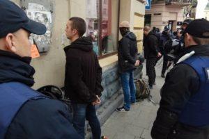У Львові затримали до півсотні радикалів, озброєних кастетами, ножами і ланцюгами