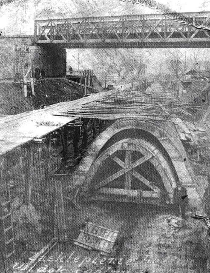Прокладання колектору під мостом на нинішньому пр-ті Чорновола. Фото першої пол. 1920-х років