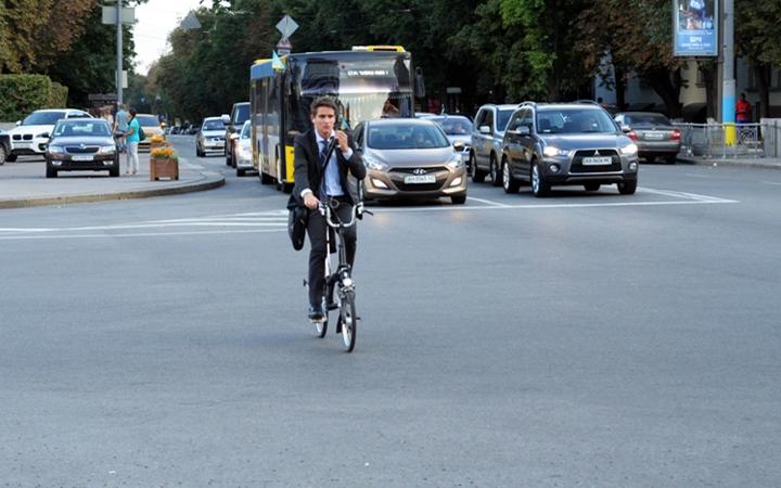 велосипедист без шолому
