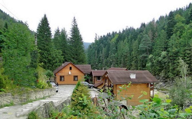 """Чан з джерельною водою та виходом до гірської річки. Міні-готель """"Жива Вода""""."""