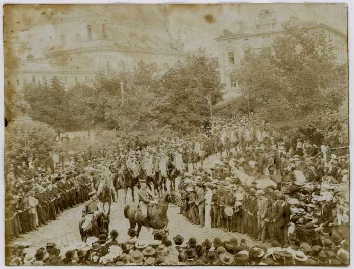 """""""Вiденська"""" кав'ярня (праворуч) на фото початку XX сторіччя"""