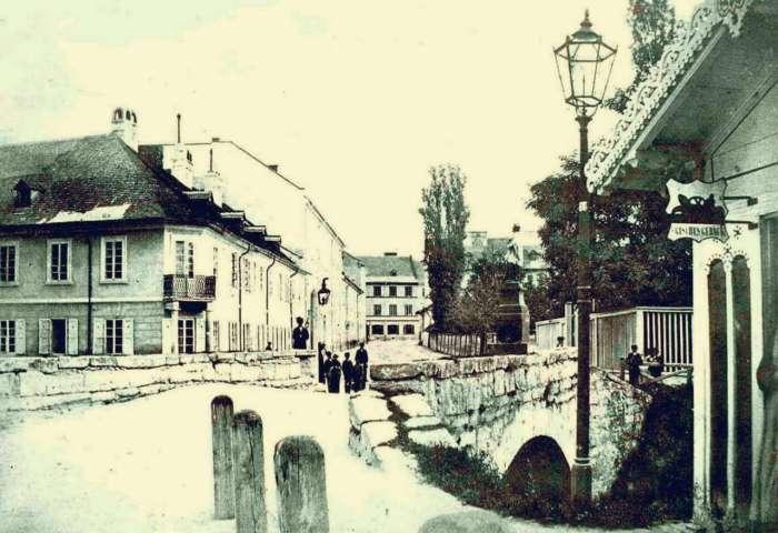 Давня площа Фредра, кінець вулиці Академічної (пр-т Шевченка) початок Стежкової (Саксаганського) із містком через Сороку. Фото 1870-1880 – х років