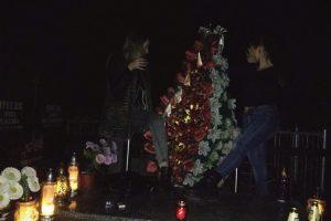 Танці на могилах: на Львівщині три школярки влаштували вночі п'яні розваги на цвинтарі (фото, відео)