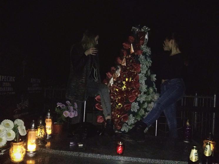 Танці на могилах: на Львівщині 15-річні дівчата влаштували вночі п'яні розваги на цвинтарі (відео)