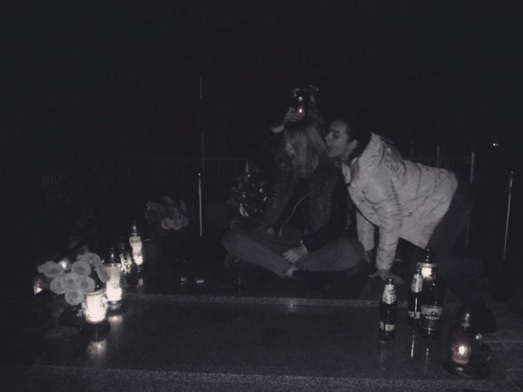 На фото видно, як дівчата п'ють алкоголь, палять, танцюють та позують для провокативних знімків.