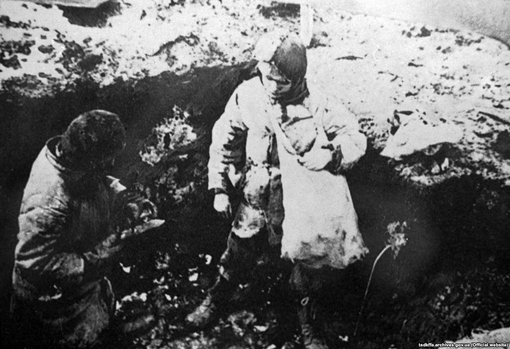 Голодні діти шукають їжу. Місце і дата зйомки: УССР, 1932-1933 рр