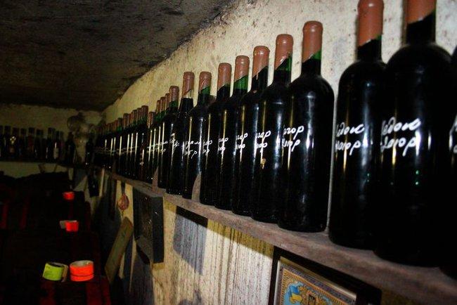 Дванадцять маленьких і середніх українських виноробів, які виробляють вино з винограду.