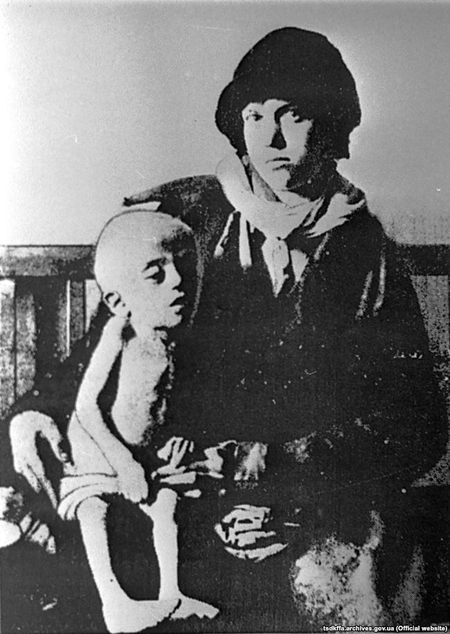 Жінка з дитиною, виснаженою голодом. Місце і дата зйомки: УССР, 1932-1933 рр