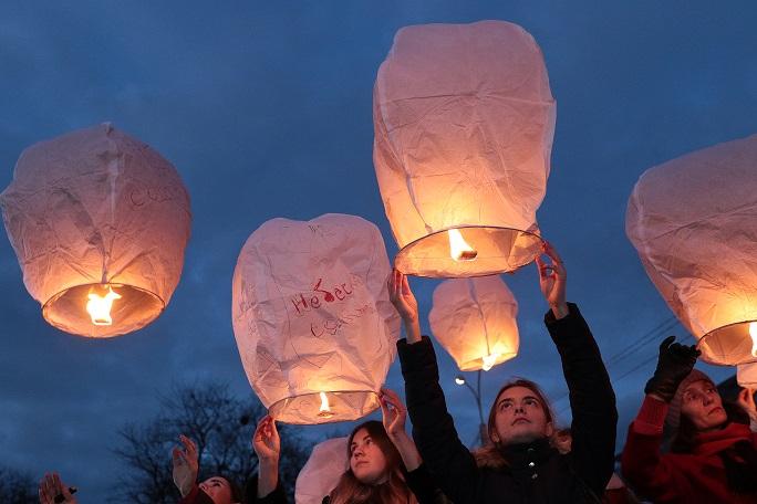 У Львові запустили небесні ліхтарики як символ Небесної Сотні. Фото дня