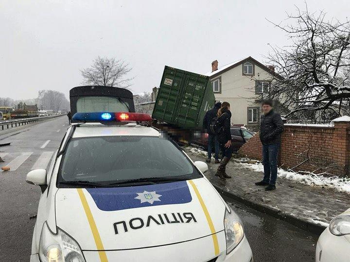 Вантажна фура злетіла з траси і в'їхала в житловий будинок в селищі Зимна Вода Львівської області.