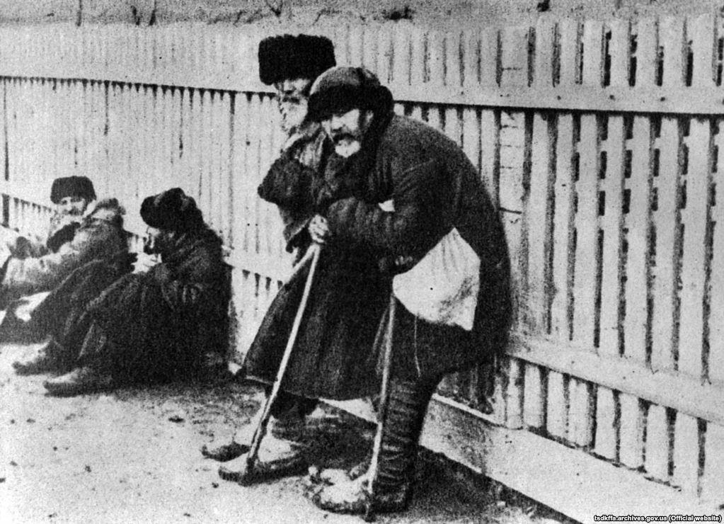 Голодні люди стоять під парканом. Місце і дата зйомки: УССР, 1932-1933 рр