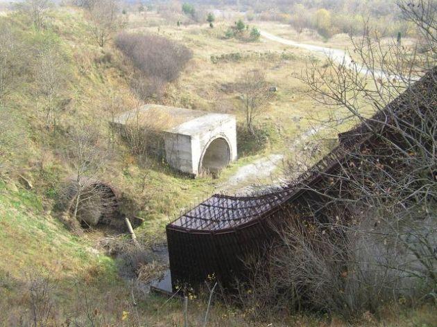 Стікши донизу, вода би потрапляла у два тунелі довжиною близько 500 м.