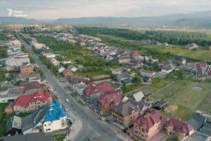 """""""Продавали насіння"""": в мережі показали українське село з найбільш величезними будинками в країні"""