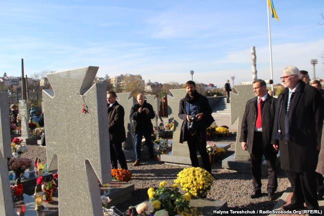 Вітольд Ващиковський біля могил українських бійців на Личаківському цвинтарі, Львів, 5 листопада 2017 року