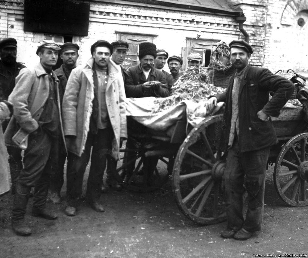 З конфіскованими колосками біля сільрадисела Удачне Гришинського району Донецької області, 1932 рік