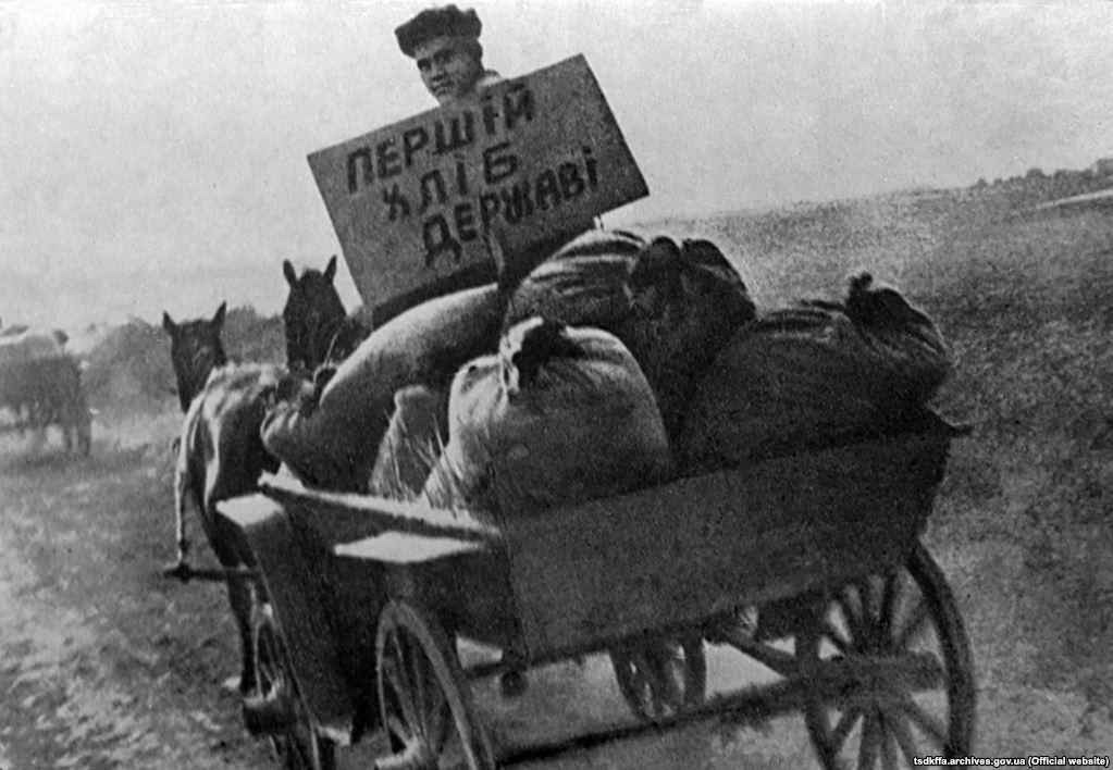 Конфісковане у селян зерно везуть на пункт здачі. Місце і дата зйомки: УССР, 1933 рр