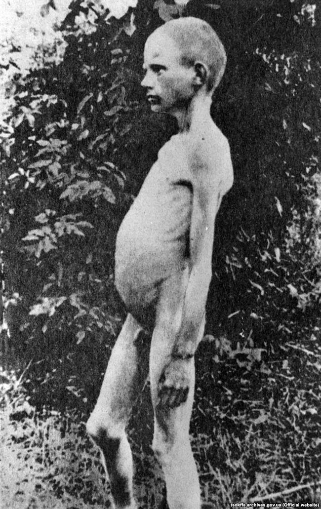 Голодний хлопчик в одному з сіл України. Місце і дата зйомки: УССР, 1932-1933 рр