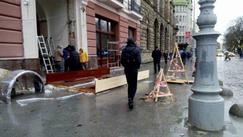 На тротуарі біля готелю вже почались роботи