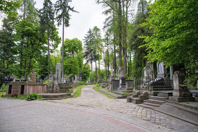 Побродити Личаківським цвинтарем