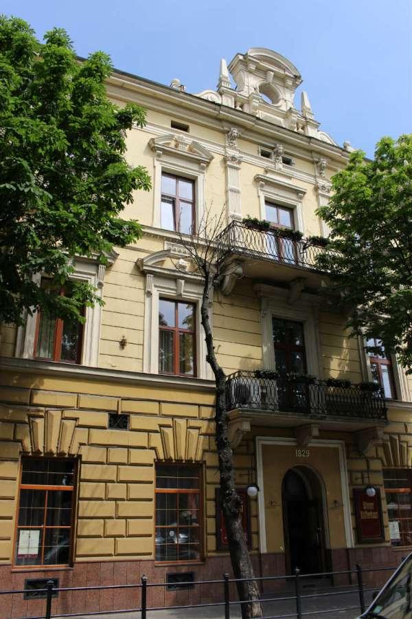 """Центральний фасад """"Віденської кав'ярні"""". Фото 2015 року"""