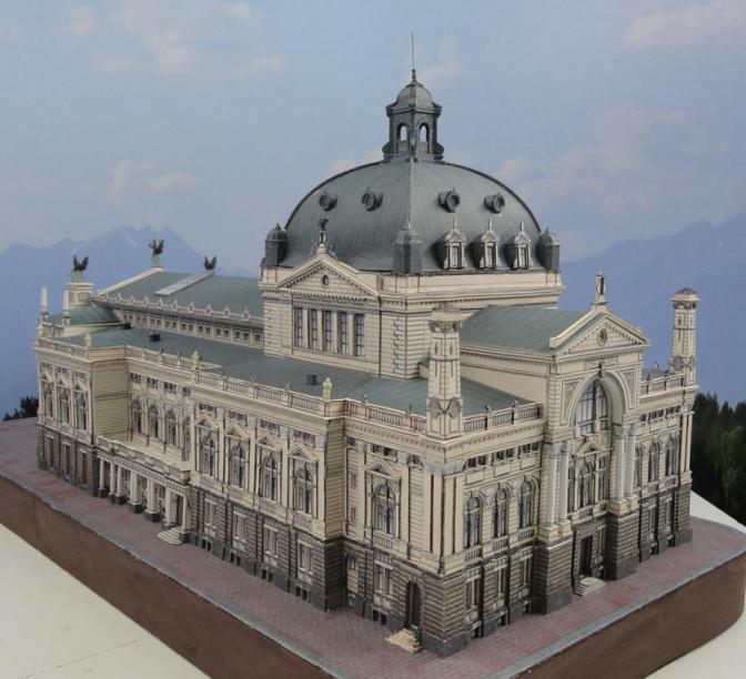 Петро Щомак створив приблизно 10 паперових архітектурних споруд Львова.