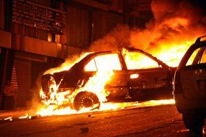 У Львові затримали чоловіка, який вночі побив машину та підпалив її