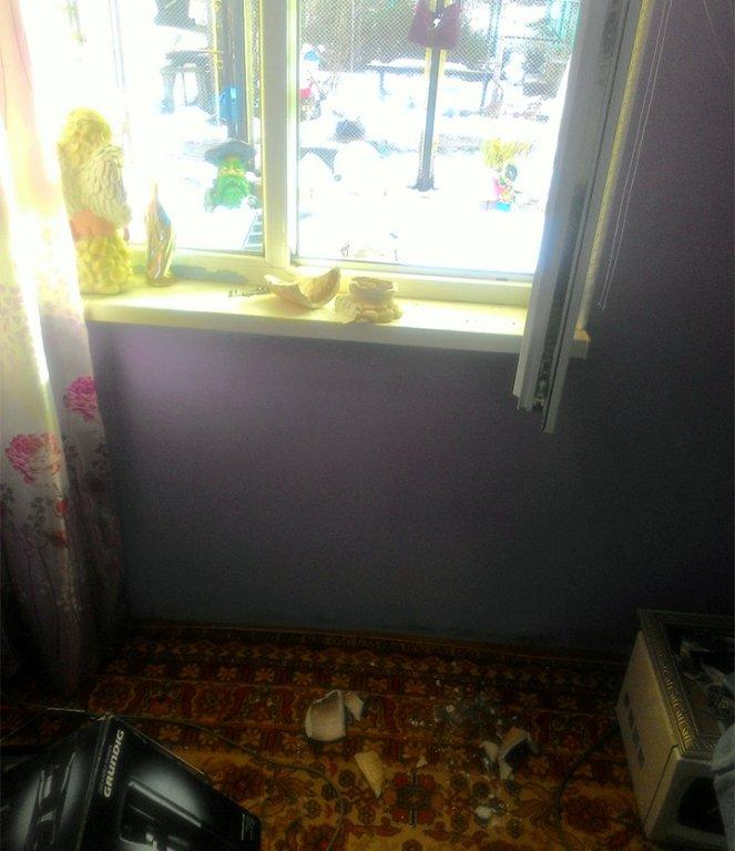 При проведенні слідчих дій правоохоронці виламували двері та вікна у будинках ромів (фото Степана Капральова)