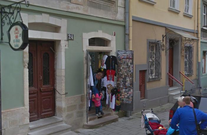 Сувенірна крамниця у центрі Львова відмовляється обслуговувати покупців українською?