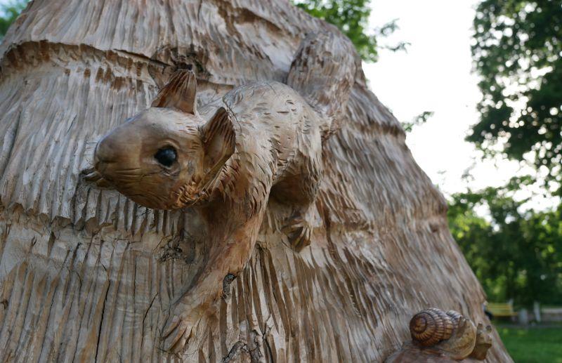 На фото: фрагмент однієї з дерев'яних скульптур у місті Дубно